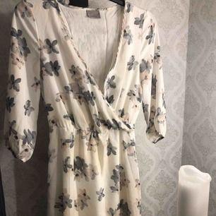 En knälång klänning från Veromoda i storleken XS. öppningen vid bröstkorgen är inte igensydd men detta går självklart att fixas!