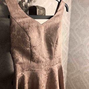 """En super fin klänning som endast har använts 1 gång och är därför i toppen skick! Klänningen har även en så kallad """"inbyggd bh"""" (pass). Klänningen är också knälång!"""