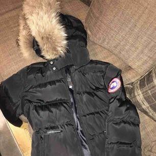 Säljer min canada goose jacka storlek s/xs Jackan är AA-kopia vilket ser äkta ute. Äkta päls o tagg medföljer. Jackan är använd i 2 månader. Inga fläckar eller så. Kan ta ner i priset vid snabb affär.