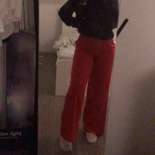 Snygga röda byxor använda vid två tillfällen storlek xs 150kr