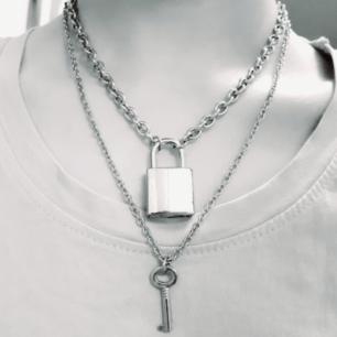 LockAndKey-Set♡Material: Alloy. Färg: Silver. Märke: KubaKuwo. ExtraInfo: Låshalsbandet är justerbart då fästet passar i alla hål på metallkedjan. Nyckeln KAN låsa upp låset☆Halsbanden går att bära separata. Frakt: 42:- Postnords S-emballage