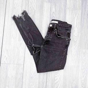"""Grå högmidjade ripped """"sienna"""" jeans från Gina Tricot storlek 36 i använt men fint skick.  Möts upp i Stockholm eller fraktar. Frakt kostar 63kr extra, postar med videobevis/bildbevis. Jag garanterar en snabb pålitlig affär!✨"""