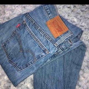 Snygga basic jeans från levi's som knappt är använda någonting då de tyvärr inte passar mig längre. Hör av dig vid frågor🌟🌟