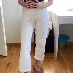 Vita jeans från HM, använt men bra skick. Storlek 27. Jag på bilden är 163! (För längd referens). Lite missfärgade av märket (se sista bilden) pris inklusive frakt🖤