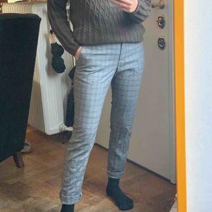 Grå-rutiga kostymbyxor från hm. Frakt 59kr. Storlek 36!