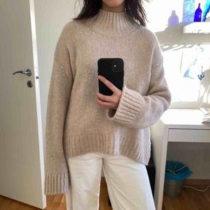 Mysig stickad tröja från HM, mjukt material som inte sticks. Lite beige-rosa till färgen. Sitter lite oversize på mig som är en XS-S. Pris inklusive frakt 🌷