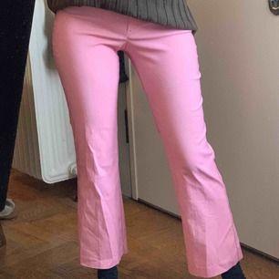 Vintage rosa kostymbyxor med en liten flare längst nere. Jag är 172 cm och har storlek 36. Står storlek 38 i byxorna men passar med någon med 34-36 i storlek! Frakt 42kr🐳
