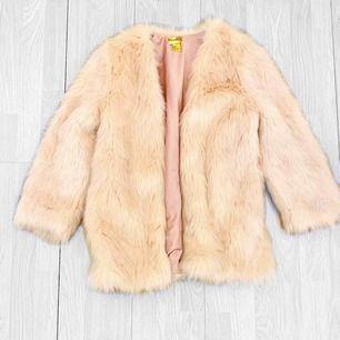 Ljusrosa pälskappa från HM storlek 36 i fint skick.  Möts upp i Stockholm eller fraktar. Frakt kostar 63kr extra, postar med videobevis/bildbevis. Jag garanterar en snabb pålitlig affär!✨