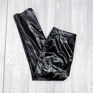 Svarta lackbyxor från HM storlek 38 men små i storlek så de passar även 36, fint skick.  Möts upp i Stockholm eller fraktar. Frakt kostar 63kr extra, postar med videobevis/bildbevis. Jag garanterar en snabb pålitlig affär!✨