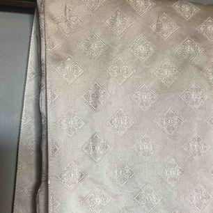 Vacker vintagesjal, har några mindre revor i sig som den på bilden