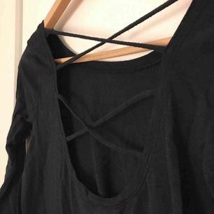 Svart långärmad tröja från Hollister med snygg rygg. Använd 1 gång! Stl XS men passar även S.