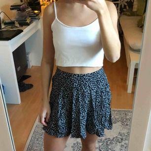 Mörkblå, blommig, fin kjol från bik bok, använd fåtal gånger.
