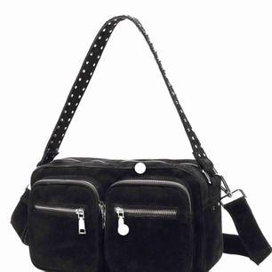 Säljer nu min fina Noella väska. Det medföljer även ett långt band så man kan ha den som en crossover💗😊 Kan mötas i täby/danderyd eller centrala stockholm⚡️ Köpare står för frakten⚡️ Kan gå ner i pris vid snabb affär⚡️