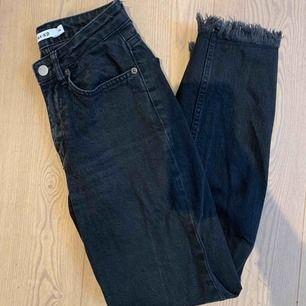 Säljer dessa jeans med fransar från Nakd!! Små i storlek och verkligen superfin passform🥰 Säljer pga för små