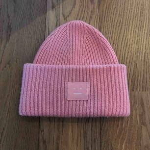 Rosa acne mössa, säljes pga använder ej, fick den i julklapp priset kan diskuteras :))