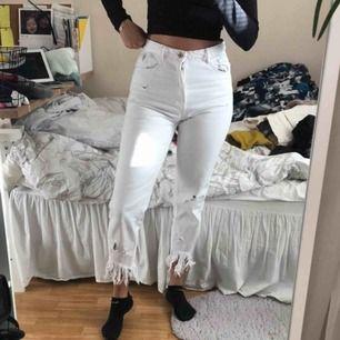 Snygga vita byxor från zara, de sitter perfekt jag brukar ha 36 eller S. I nyskick!