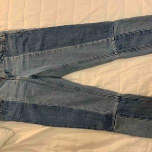 Jättesnygga jeans som är kortare fram med slitning. Ända är att dem är lite lösare vid midjan.