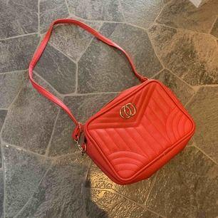 Väska som man kan ha tvärs över axeln eller bara hängande på ena sidan, fint skick