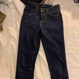 Mörkare tajta jeans från Levis som är oanvända och fräscha!