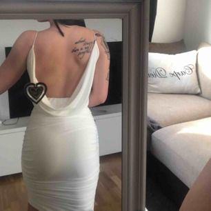 Fin klänning från Nelly, korsad fram till. Ny med lappar