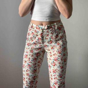 blommiga byxor från lavand! 🌸🌸🌸 köpte står för frakt eller möts upp i Sthlm