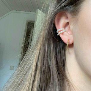 Två pärl-ringar som jag tror är från HM! Aldrig använda🦋 30kr styck eller båda för 50! Frakt tillkommer på 11kr