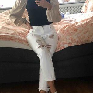 Snygga slitna jeans från Pull & Bear. Fint skick! Frakt på 50kr tillkommer 😃