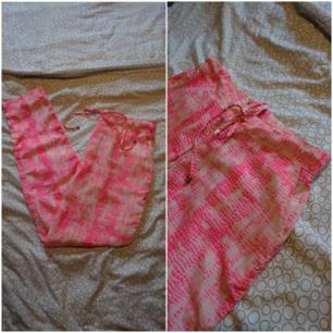 Mönstrade byxor med två framfickor och midjeband.  (Köparen står för frakten 27kr)