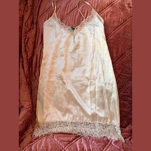 satin/spets-klänning från prettylittlething. använd en gång. köpare står för frakt eller möts upp i Sthlm 💋
