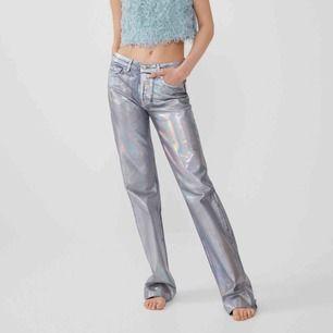 Säljer dessa väldigt populära byxorna från zara!! Har aldrig använt dom så dom är så gott som nya. Byxorna är i storlek 38 men passar mig som 36. Vid flera intresserade så blir det bud, och köpare står för frakten!!