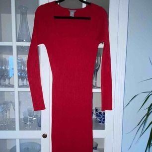 Röd, ribbad långklänning från Lindex. Storlek S Använd vid ett tillfälle, nyskick. 100kr pp 63kr