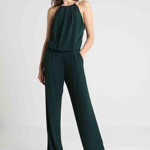 Svart jumpsuit från Samsoe & Samsoe med öppen rygg och spetsdetaljer.  Storlek XS Använd vid ett tillfälle, nyskick. 350kr pp 63kr