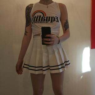 Fin vit kjol i cheerleader model. Sitter åt vid midjan. Har ganska tjockt ock rejält tyg.  Jag är i vanliga fall storlek 27/28. Denna siter precis.  Köparen står för frakten 😸