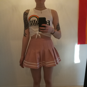 Jätte fin baby rosa kjol 😍😍 Cheerleader model 😍 Jag är i vanliga fall storlek 27/28. Denna siter precis.  Köparen står för frakten 😸