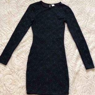 ⚡️mörkblå klänning med diamanter och öppen rygg, använd en gång på nyår ⚡️