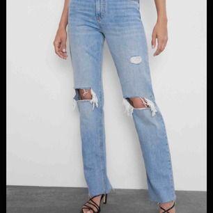 !!!INTRESSEKOLL!!! På dom poppulära Zara jeansen. Storlek 34, kontakta mig för mer info och lägga bud! Start 500kr