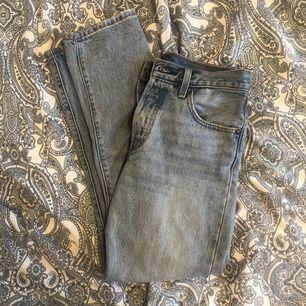 Blåa Levis 501 jeans köpta i våras men säljer för att dem tyvärr har blivit för små. Frakten ingår ej i priset.