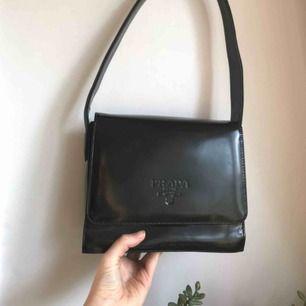Fejk Prada väska köpt secondhand. SÅ FIN och sitter perfekt på axeln. Kan mötas upp i sthlm🌟