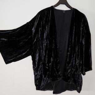 Superfin kimono i svart sammet. Från Monki 🖤