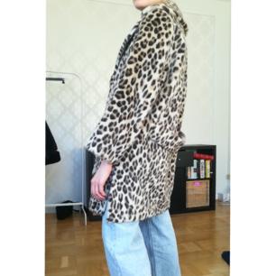 Vintage kappa i fuskpäls. Leopardmönstrad. Ingen storlek, uppskattas motsvara storlek M. Jag bär vanligtvis storlek XS, så rätt oversized på mig. Kan mötas i gbg, annars står köparen för frakt!