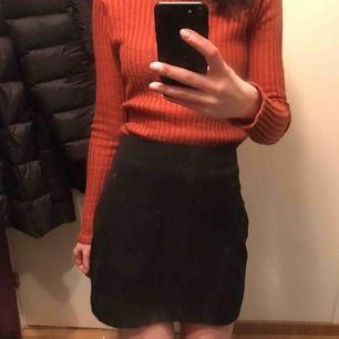 Stilren och basic kjol från Monki. Bekväm! Tung tyg, dragkedja och knapp baktill. Säljes pga har två st. Frakt tillkommer🌸