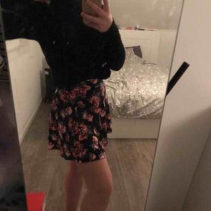 Snygg kjol från hm med blommor på Storlek xs  50kr + frakt