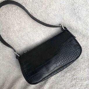 🦋🦋Supertrendig mönstrad väska med justerbart axelband. Använd en gång. Köparen står för frakten🦋🦋 (budgivning pågår till söndag)