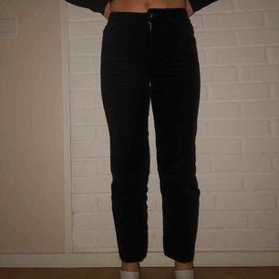 🦋🦋supersnygga croppade manchesterbyxor från H&M!! Är tighta upptill och raka nedtill. Storlek 32 men passar mig som brukar ha 34 och jag är 165 cm :))🦋🦋