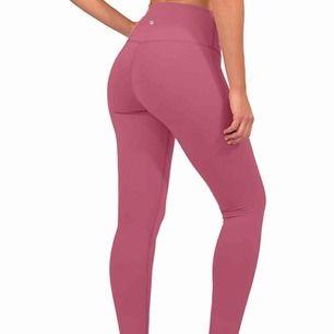 Jättefina tights som sitter skit bra och är sååååå mjuka. Helt oanvända endast testade och är i nyskick! Verkligen snygga och sitter bra i rumpan men används inte. Frakt tillkommer, kontakta om du har frågor💓