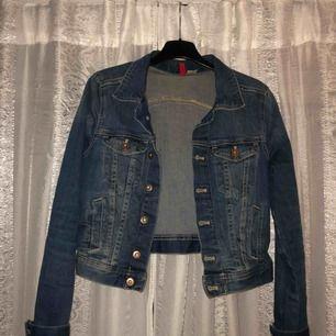 Jätte fin jeans jacka storlek 36.
