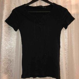 Basic t-shirt med snörning i storlek xs