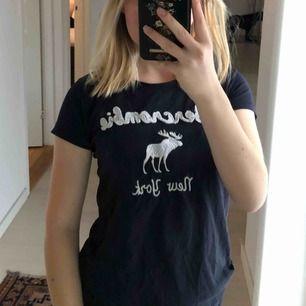 Väl använd t-shirt från abercrombie & fitch men har fortfarande mycket kvar att ge. Kolla gärna in mina andra annonser för paketpris💥