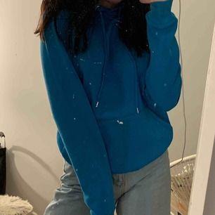 fin klarblå hoodie