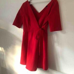 En super fin röd klänning från Zara. Man knyter klänningen beroende på hur tajt och hur urringningen ska vara. I storlek M skulle säga att den är S-M. Hör av er vid intresse. Priset går att diskutera💗